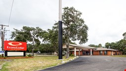 Econo Lodge & Suites by the Bay